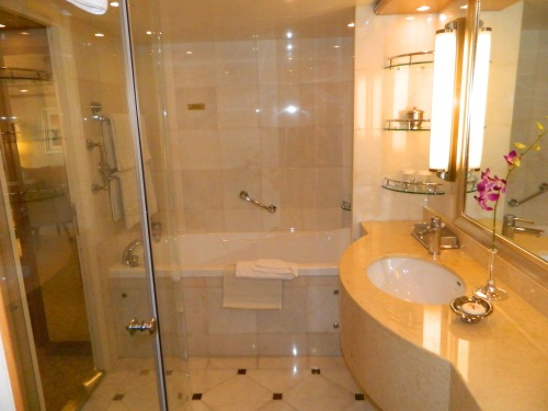 S4 Suite bathroom, note separate shower & tub