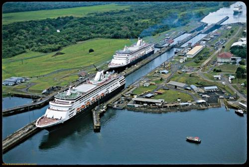 Ship-At-Panama-Canal-1